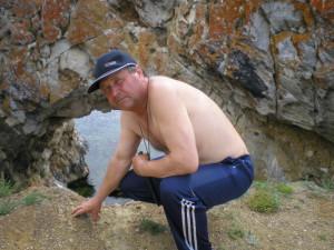 Анатолий на фоне дыры в скале