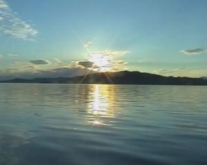 Над островом встает солнце