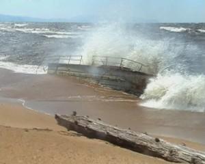 Выброшенная штормом лодка