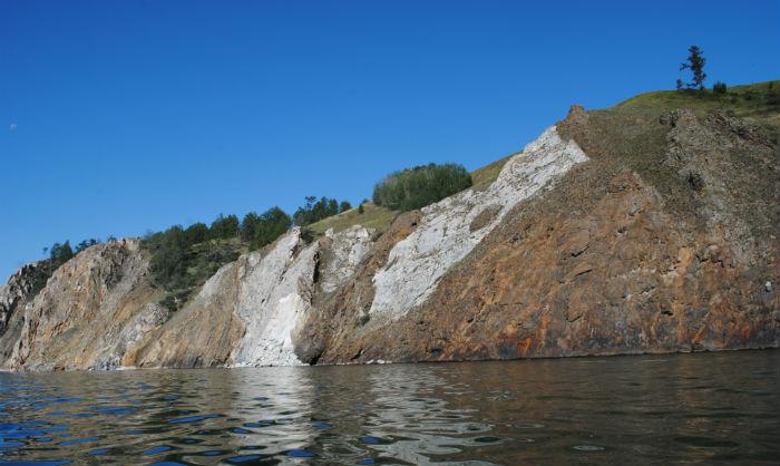 Отвесные скалы правого берега